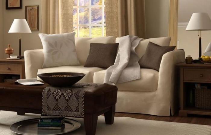 Бежевый чехол на диване