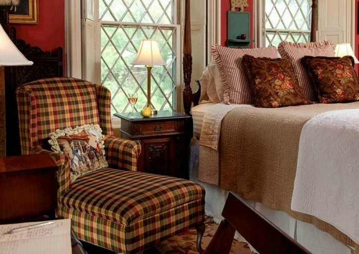 Кресло у кровати