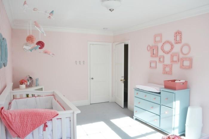Розовые рамки на стене