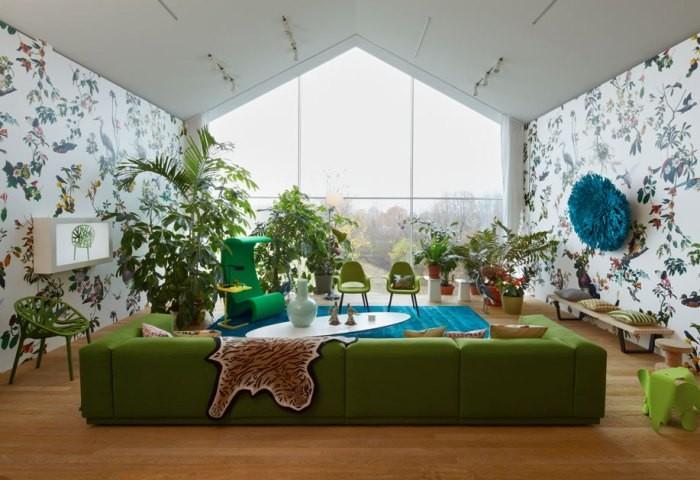 Большой зеленый диван
