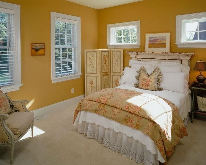 Горчичного цвета кровать