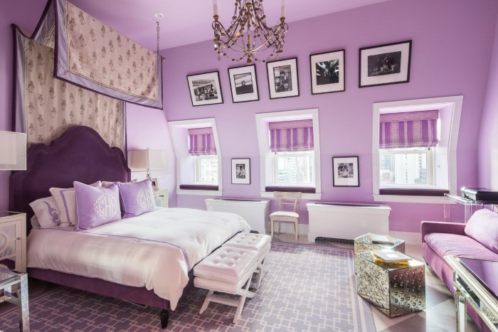 Шесть подушек на кровати