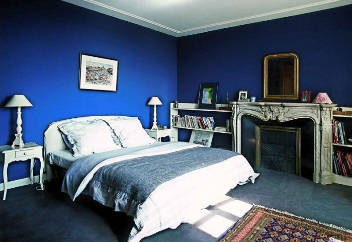 Картина над кроватью и камин