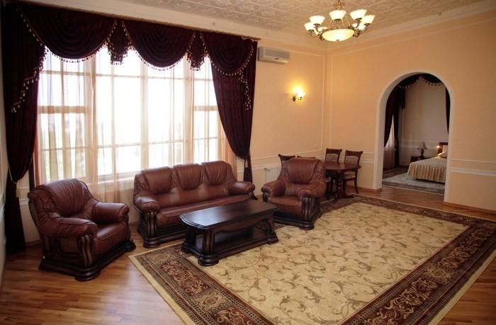Кожаные кресла и диван
