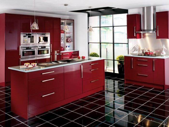 Красная сковородка на плите
