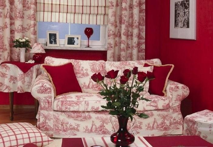 Красные розы на полосатой скатерти