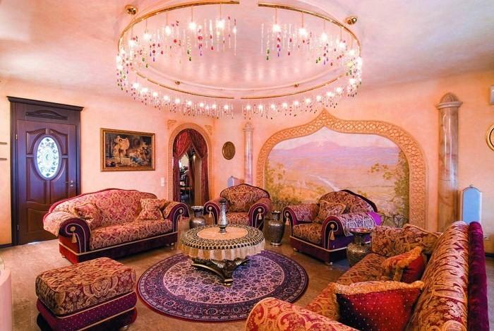 Много диванов и большая люстра