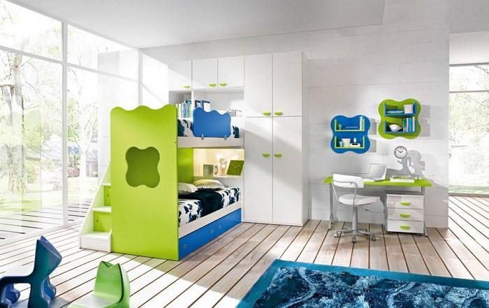 Деревянный пол и белые шкафы