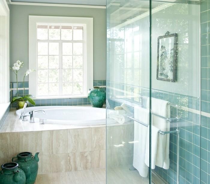 Круглая ванна и кувшины