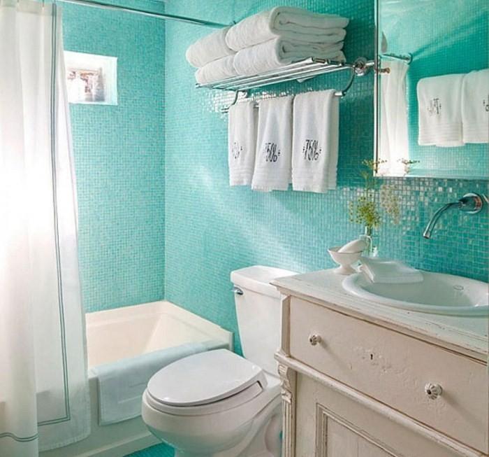Низкая ванна и полотенца