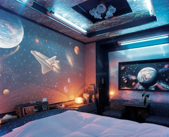 Интерьер с потолком космос