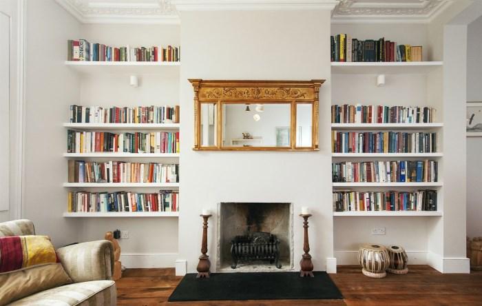 Белые полки с книгами