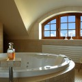 Окно в ванной комнате – советы по оформлению