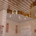 Зеркальный потолок в дизайне ванной комнаты