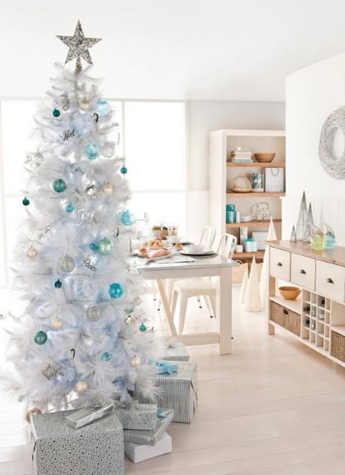 Белая ель в столовой