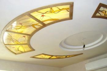 Потолок с витражом